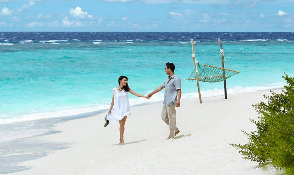 wedding-couple-on-the-beach-1088×648